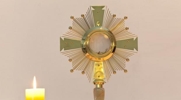 La adoración eucarística nos ayuda a seguir adelante con sentido